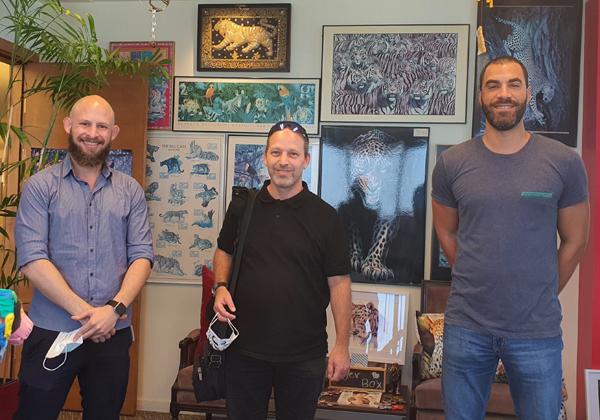"""שניר רוזנפלד, סמנכ""""ל המכירות של Cyber 2.0 (במרכז), עם בן פלד ואסף לביא מאנשים ומחשבים. צילום: פלי הנמר"""