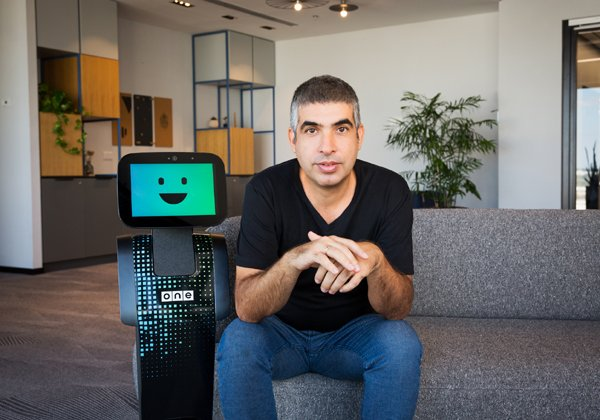 עודד טהורי, מנהל תחום החדשנות ב-וואן ומנהל חטיבת ONE Robotix, יחד עם הרובוט טמי. צילום: אפרת קופר