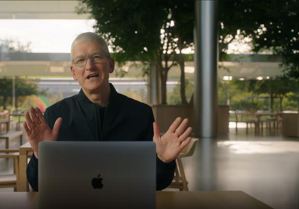 """טים קוק, מנכ""""ל אפל, מכריז אתמול (ג') על המחשבים החדשים. צילום מסך: נחמה אלמוג"""