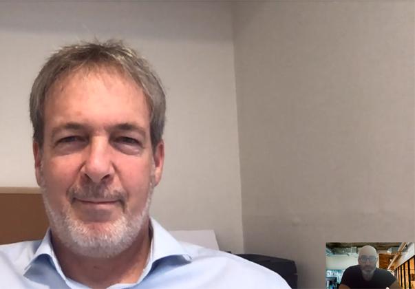 """הודעה משמחת בזום משחר פרידמן, מנהל סטודיו החדשנות של ויזה בישראל (בתמנה הקטנה) למידד שרון, מייסד ChargeAfter. צילום: יח""""צ"""