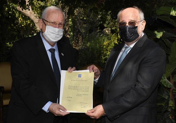 """נשיא המדינה, ראובן ריבלין, מעניק לפרופ' פרץ לביא את כתב המינוי כיו""""ר המולמו""""פ. צילום: מארק ניימן, לע""""מ"""
