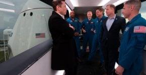 """פעם ראשונה שחברה פרטית הטיסה אסטרונאוטים לחלל. אילון מאסק ואנשי נאס""""א. צילום: וויקיפדיה"""