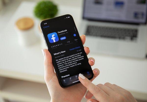 מצב כהה מגיע לאפליקציה. פייסבוק. צילום: BigStock