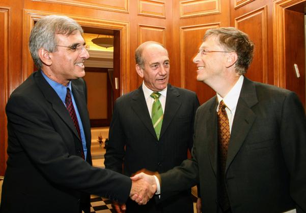 """מימין: ביל גייטס, אהוד אולמרט, אז שר המסחר והתעשייה, וד""""ר יוסי בכר ז""""ל, אז מנכ""""ל האוצר, צילום: קובי קנטור ז""""ל"""
