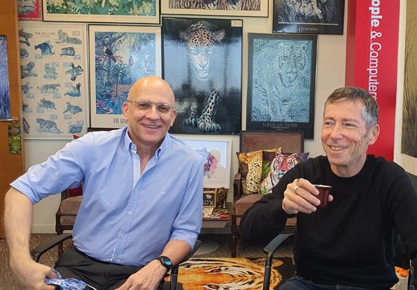 """מבקרים במאורה. מימין: גיל בול, סמנכ""""ל השיווק, ויצחק במבג'י, מנכ""""ל - קרמר. צילום: פלי הנמר"""
