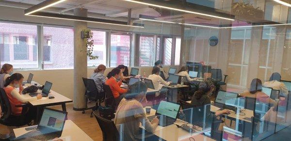 סטודנטיות תכנית אדווה בכיתת הבוטקמפ במשרדי אלווישן בתל אביב. צילום: באדיבות סקייל - אפ ולוסיטי