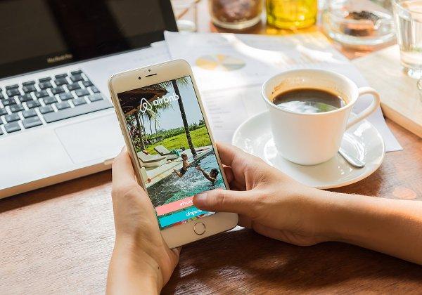 האם יש ביקוש לתיירות בימי קורונה? אפליקציית Airbnb. צילום אילוסטרציה: BigStock