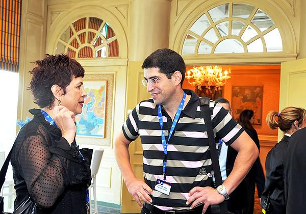 דליה פלד הקוסמת ואבנר שטראוס, כמה דקות לפני ששטראוס עלה לבמה, להרצאת ה-Keynote בכנס ב-2004. צילום: פלי הנמר