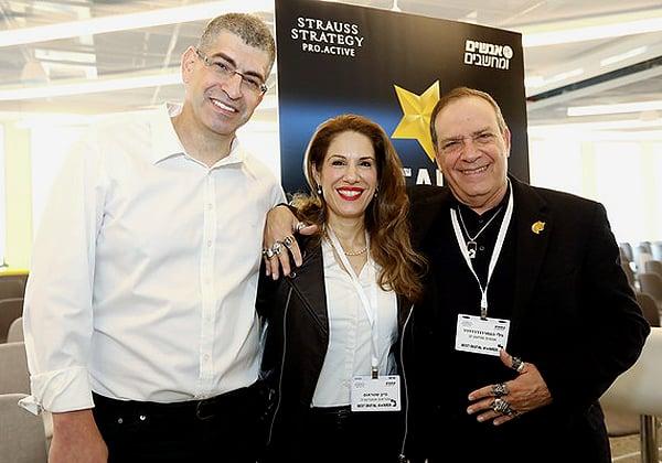 פלי הנמר עם סיון ואבנר שטראוס בכנס best Digital Awards. צילום: ניב קנטור