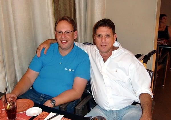 """הכנסים והארועים של אנשים ומחשבים מהווים פלטפורמה נפלאה לחברויות. בתמונה מלפני יותר מעשור אני מצולם עם חברי הטוב, שלומי קוארטלר, אז מנכ""""ל דל ישראל. צילום: קובי קנטור ז""""ל"""