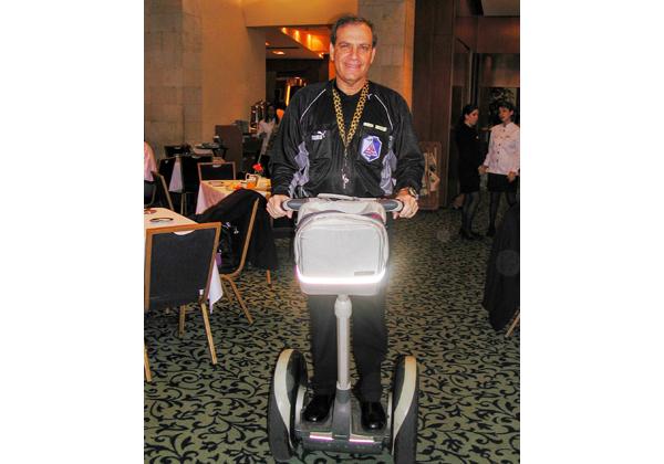 הנמר על הסגוויי הראשון בישראל, בכנס פתיחת השנה במלון דן פנורמה, ינואר 2004.צילום מערכת