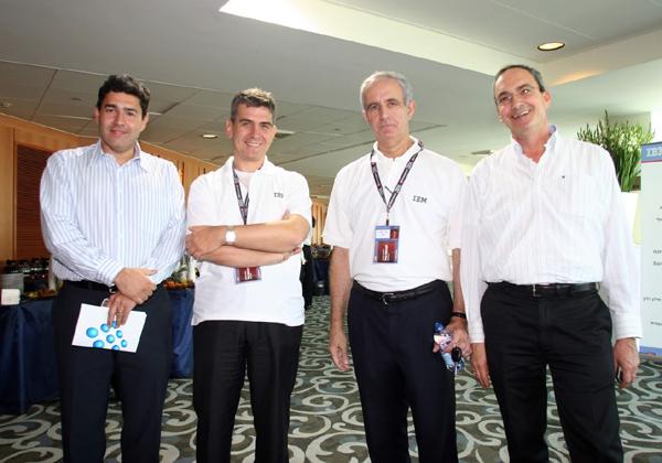 """באירוע משותף ליבמ ומטריקס ב-2004, עם, בין היתר, מאיר ניסנסון, דאז מנכ""""ל יבמ ישראל, ומוטי גוטמן, מנכ""""ל מטריקס אז וכיום. צילום: קובי קנטור ז""""ל"""