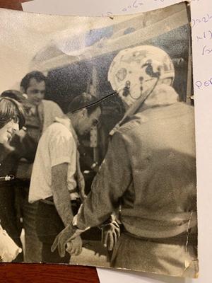 אברהם אסף (לולו) עולה למסוק יחד עם הטייס יעקב נבו(יאק), שאתו הוא עסק בתכנון-לטיסה בין הנמלים שבמפרץ הפרסי. צילום מתוך האלבום הפרטי של לולו