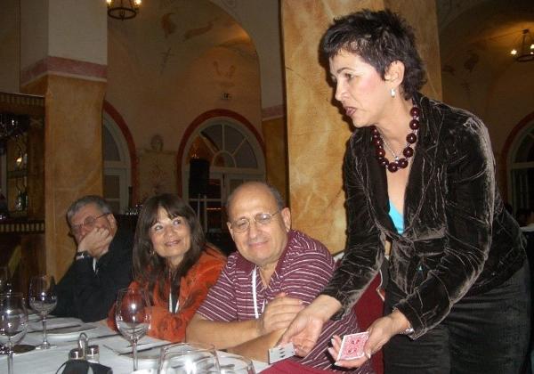 דליה הקוסמת מפליאה בקסמיה בערב למשלחת הישראלית לכנס WSIS. צילום: פלי הנמר