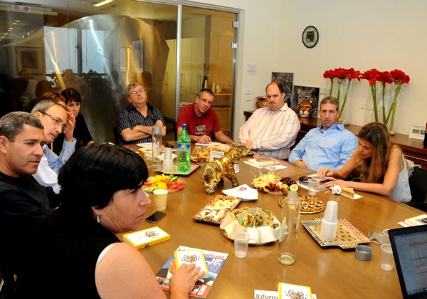 הנהלה במאורה: מוטי גוטמן ושאר חברי הנהלת מטריקס בביקור בבית אנשים ומחשבים. צילום: פלי הנמר