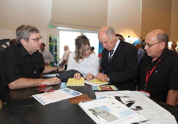 """ד""""ר נחמן אורון עם השר דאז מיכאל איתן ויהודה קונפורטס, העורך הראשי של אנשים ומחשבים, באחד מכנסי eGov של הקבוצה. צילום: קובי קנטור ז""""ל"""