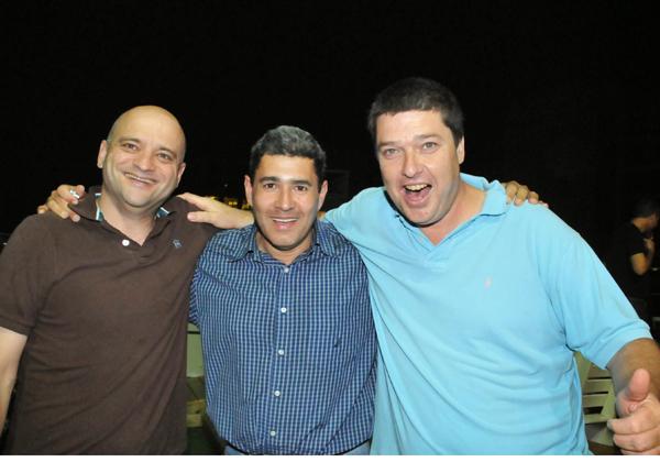 כדורגל על הגג: מוטי גוטמן (במרכז) עם זיו מנדל ועוזי נבון, בערב המסורתי של הכדורגל על הגג של מטריקס. צילום: פלי הנמר