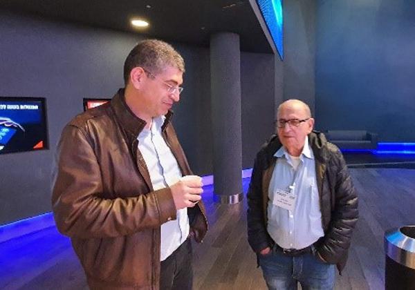 """ד""""ר נחמן אורון עם אבנר שטראוס, ממקימי ומנכ""""ל שטראוס אסטרטגיה, במעבדת הטרנספורמציה הדיגיטלית. צילום: ניב קנטור"""