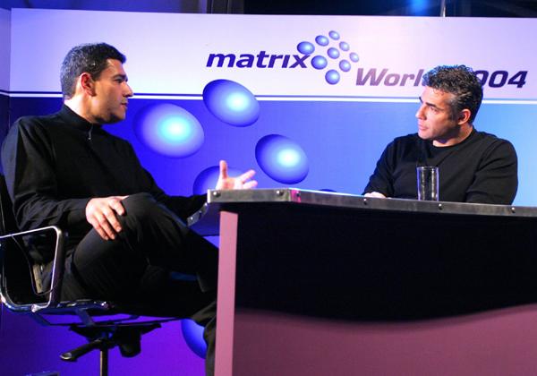 """מוטי גוטמן משוחח עם יאיר לפיד, כשעוד היה איש תקשורת, באירוע של מטריקס ב-2004. צילום: קובי קנטור ז""""ל"""