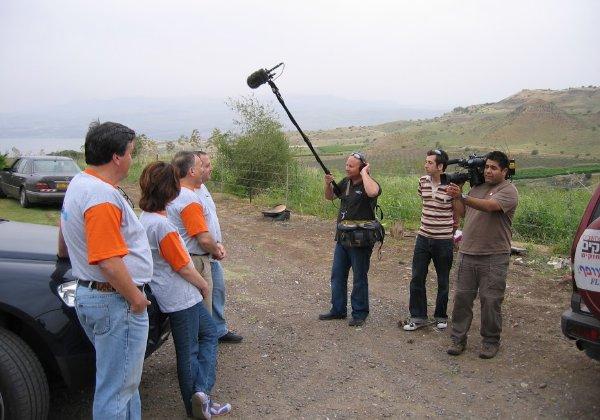 """צוות ערוץ 10, עם גיא לרר שזה היה הג'וב הראשון שלו עת חזר מלונדון היישר לסקירת פעילות יוצאת דופן של ההיי-טק הישראלי, ולאחר שידור הסיקור כוכבו דרך, ואמיר צעידי, צלם הווידיאו, ודני איש ה""""בום"""" והמקליט, מראיינים את צוות אדוונטק בראשות זאב ינאי ורוני הירשפרונג. צילום: פלי הנמר"""