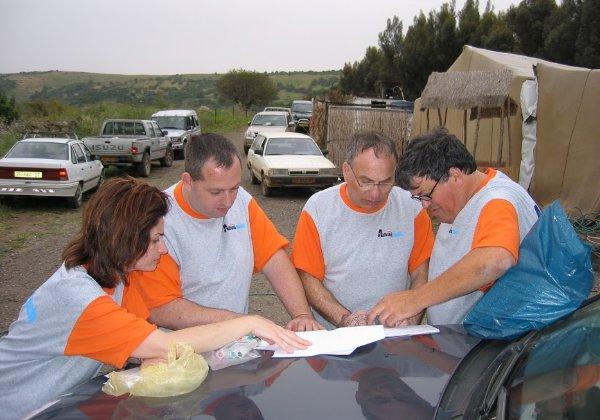 קבוצת אדוונטק שהגיע עם ג'יפ מדוגם משלהם: משמאל רוני הירשפרונג וזאב ינאי במרכז. צילום: פלי הנמר
