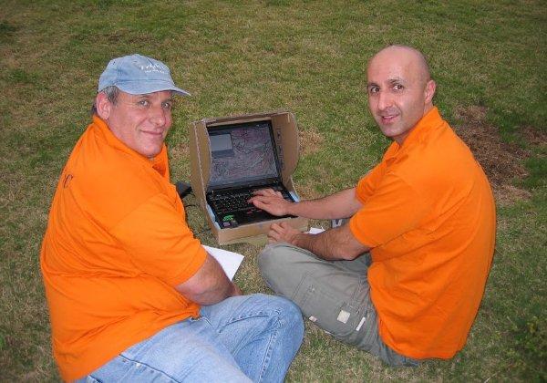 צוות טריפל C, החברה של רמי נחום בה אחדים מבני משפחתו מכהנים במשרות בכירות, מכוונים את המחשב שלהם במפות שלפני עידן הווייז. צילום: פלי הנמר