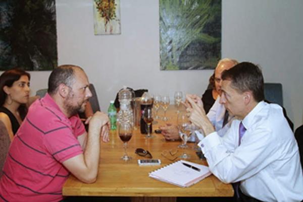 בראיון עיתונאי עם פט גלסינגר בביקורו בישראל (2015). צילום: פלי הנמר