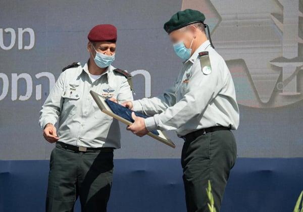"""הרמטכ""""ל, רא""""ל אביב כוכבי, נותן את אות ההערכה למפקד היוצא של יחידה 8200, תא""""ל א'. צילום: דובר צה""""ל"""