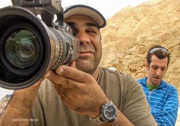פלי הנמר נועץ מבט מקרוב בצוות הסיקור של ערוץ 10: אמיר צעידי הצלם וגיא לרר הכתב. צילום: פלי הנמר