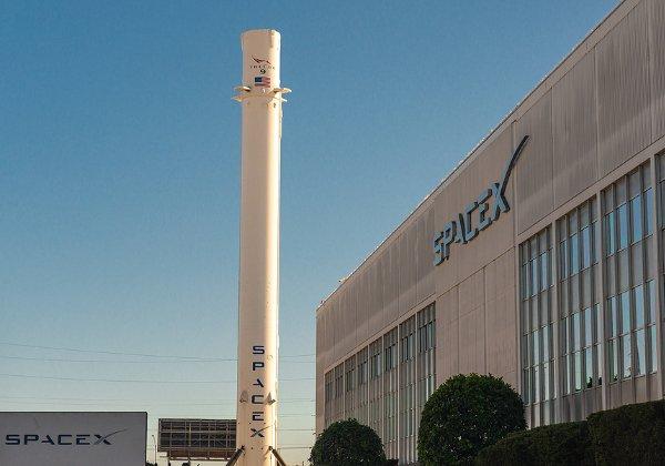 מטה SpaceX בלוס אנג'לס, כשרקטת פלקון 9 ברקע. צילום: BigStock