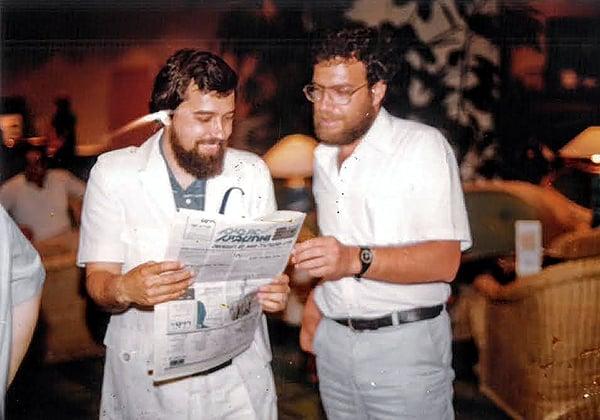 """משמאל: טובי אורבך, ששיווק את תוכנת בסיס הנתונים שפותחה על ידי ד""""ר צבי מסיני בשם DB1 ופלי הנמר בהופעה מזוקנת נדירה. צילום: קובי קנטור ז""""ל"""