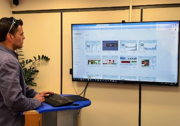 """עבודה בעמידה נוחה לעיתים יותר וגם מפעילה את הגוף. עדו ביגר, סמנכ""""ל טכנולוגיה מידע CIO+CDO באל על, מגלה גמישות פיזית. צילום: פלי הנמר"""