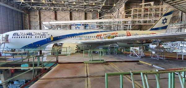 """בעידן הקורונה יש זמן רב """"מדי"""" לטיפולים במוסך: מטוס הדרימליינר 787 """"חיפה"""" בעיצוב חדשני. לרגל השקת הקווים החדשים של אל על לסן פרנסיסקו ולאס וגאס, לפני שנתיים עוצב מטוס הדרימליינר עם איורים מרהיבים של היעדים החדשים. צילום: פלי הנמר"""