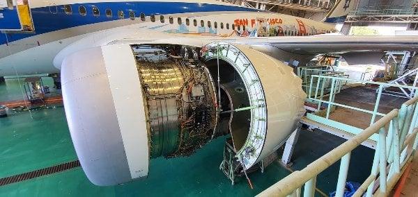 מקרוב: מנוע של רולס-רויס. שניים פועמים כאלה מפעילים מטוס 787. באל על בוחרים רק במנועי רולס-רויס (כלומר אל פראט אנד ויטני), וגם במטוסי בואינג בלבד (ולא איירבוס). מה שמתבטא מן הסתם ביעילות גבוהה בתחזוקה והפעלה. צילום: פלי הנמר