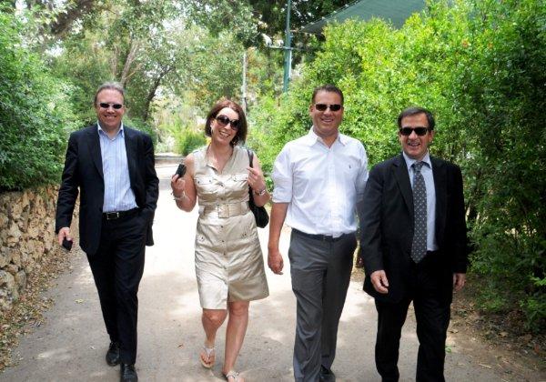 שמוליק ענתבי עם ז'אן פייר, EVP WW Sales, סונדרין, מנהלת התקשורת לשעבר, ופול סטרונג, CTO EMEA לשעבר, בביקור בספארי ברמת גן, אצל הנמר פלי. צילום: פלי הנמר