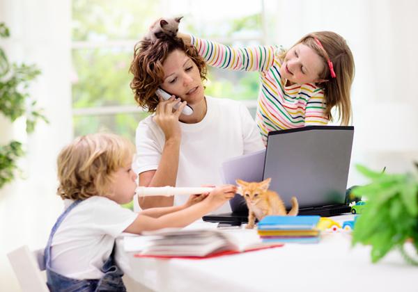 ל-מה להתייחס עכשיו - לילדים, לטלפון או לעבודה? צילום אילוסטרציה: BigStock