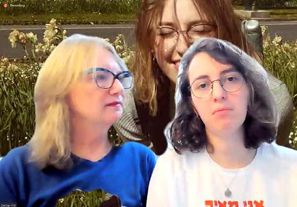 """שירה וישניאק ודבי צרויה וישניאק, עם תמונתה של מאיה וישניאק ז""""ל ברקע, במפגש היום (ב'). צילום מסך"""