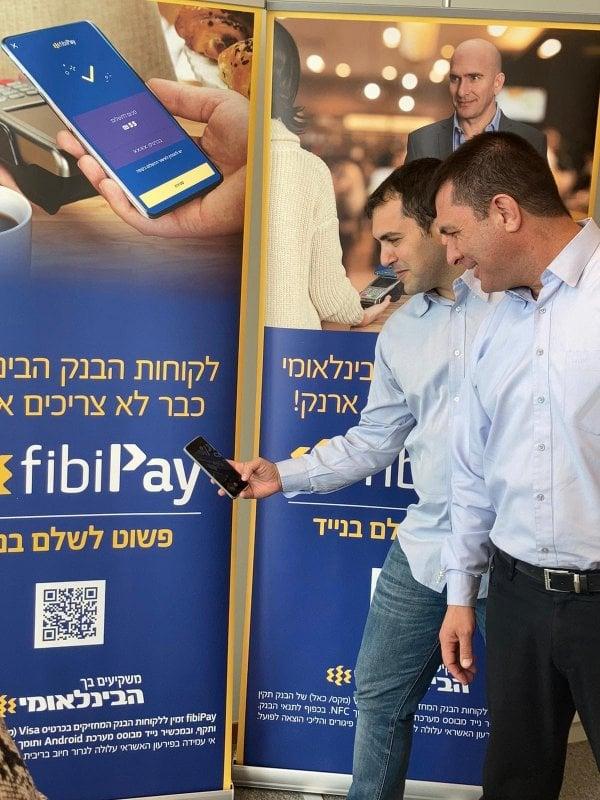 חונכים את הארנק. רון גריסו מהבנק הבינלאומי ואסף רגב מויזה ישראל. צילום: נאוה טרסי