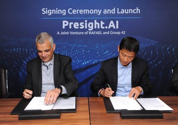 """המנכ""""לים - פנג שיאו מ-G42 ויואב הר-אבן מרפאל - חותמים על ההסכם להקמת החברה המשותפת. צילום: דוברות רפאל"""