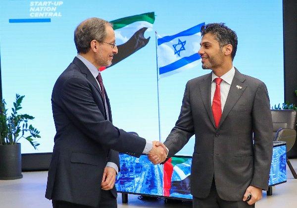"""מימין: שגריר האמירויות בישראל, מוחמד אל-חאג'ה, ופרופ' יוג'ין קנדל, מנכ""""ל סטארט-אפ ניישן סנטרל. צילום: אייל מרילוס"""