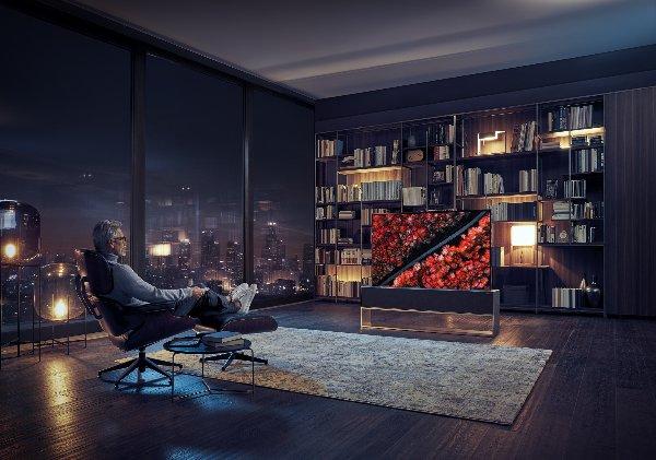 """טלוויזיה ראשונה נגללת. Signature OLED R של LG. צילום: יח""""צ"""