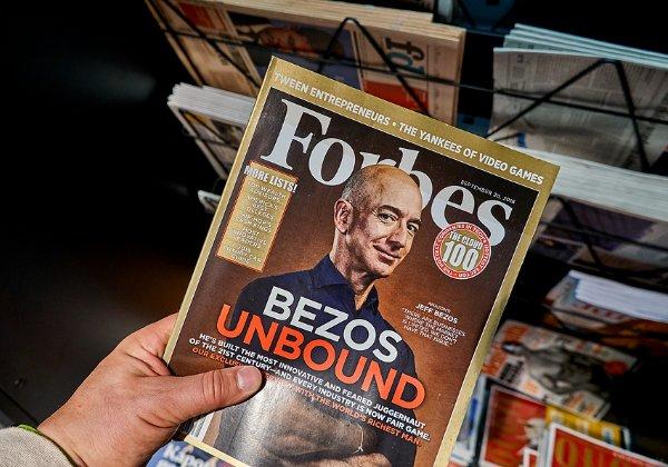 """כבר שנים שרוב הזמן הוא האיש העשיר בתבל עפ""""י פורבס. ג'ף בזוס. צילום: BigStock"""