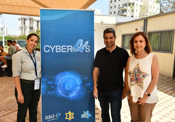 מימין: מתי צויג, אריאל חובב ואסנת לוי מגירא. צילום: מדור עתיד מבטיח, חיל הטכנולוגיה והאחזקה