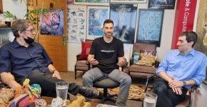 """במאורת הנמר. משמאל: אילן וגנר, מנכ""""ל אונוורד ישראל; בן פלד, סמנכ""""ל פיתוח עסקי, אנשים ומחשבים; יוני היילמן, מנכ""""ל תמיד גרופ. צילום: פלי הנמר"""