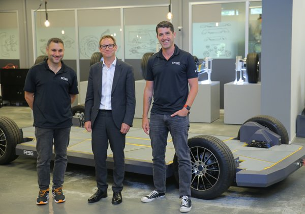 שגריר בריטניה בישראל, ניל וויגן (במרכז), עם מייסדי REE Automotive, דניאל בראל ואחישי סרדס. צילום: רן מאיר