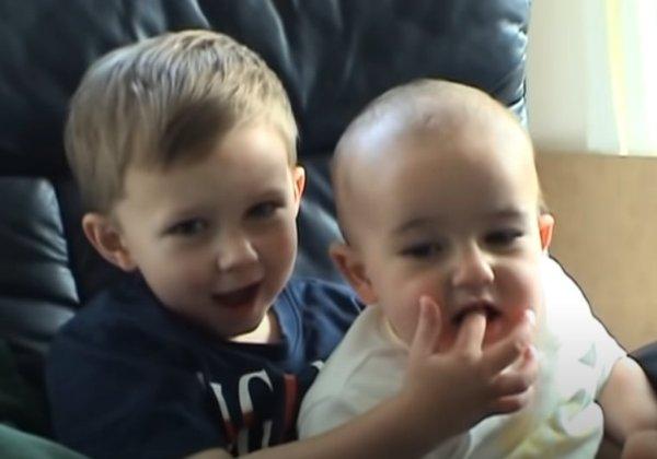 צ'רלי נושך את האצבע של הארי. הקליפ שנמכר כ-NFT. צילום מסך מערוץ HDCYT ביוטיוב