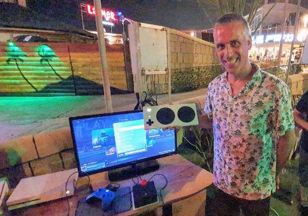 """שי פלד, עם מקלדת שפתחו בישראל לפי הגדרותיו – המאפשרת לאנשים עם מוגבליות לשחק כמו """"רגילים"""". צילום: פלי הנמר"""