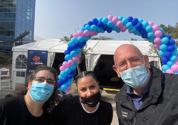 מימין לשמאל: אורי תדמור, נשיא KLA ישראל, קרן שטרית ושירלי לב, הממונות על הלוגיסטיקה של ההאקתון. צילום: מיכאל בריסמן