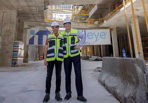 """פט גלסינגר, מנכ""""ל אינטל, ופרופ' אמנון שעשוע, מנכ""""ל מובילאיי, במרכז ההולך ונבנה של מובילאיי בירושלים. צילום: אינטל"""