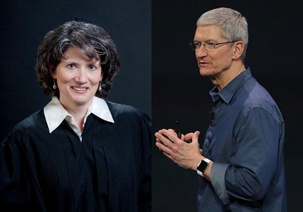 """טים קוק, מנכ""""ל אפל, והשופטת, איבון גונזלס רוג'רס. צילום מעובד. מקור: ויקיפדיה"""